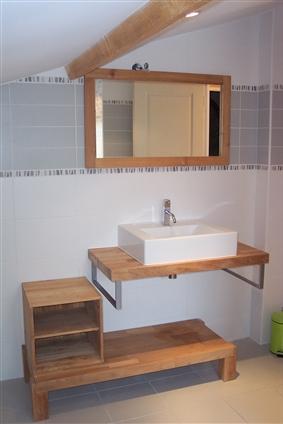 PREFAILLES   détail d'une salle de bains ; bois huilé , galets au mur réalisé par le maître d'oeuvre: Régine Blanchard