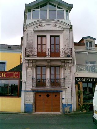 Vue de l'ensemble de la façade avec le portail neuf sur le secteur de Nantes 44000.