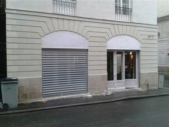 Fabrication et pose de vitrine bois (compris la fourniture des rideaux métalliques) d'un commerce sur Nantes en secteur sauvegardé