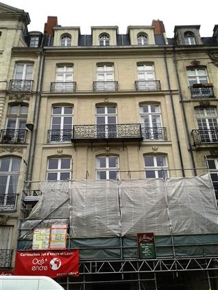 Fenêtres en plein cintre posées (lucarne) sur la facade ravalée dans le centre de Nantes en secteur sauvegardé