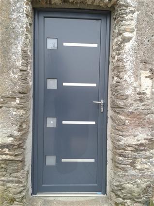Porte d'entrée en aluminium de chez BOUVET pose en neuf