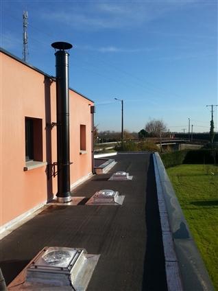 Toiture terrasse avec instalation de puit de lumière velux et conduit cheminée poujoulat à THOUARE-SUR-LOIRE 44470.