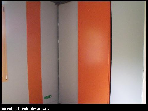 pièce peinte avec bande verticale