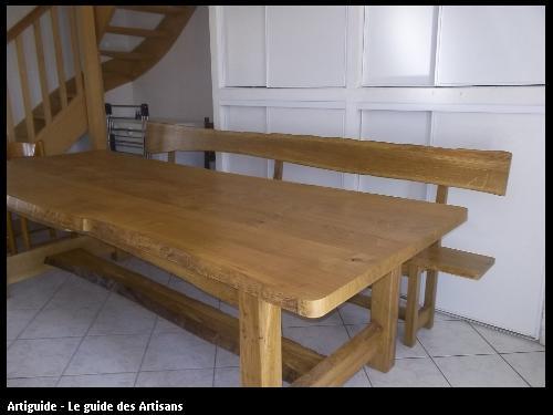Table et banc rustiques avec aubier conservé sur rives du plateau et traverses.