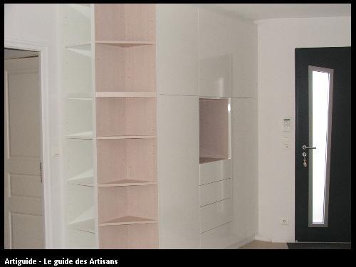 Meuble d'entrée dressing rangement en blanc brillant sur portes sans poignées avec système pousse lâche.