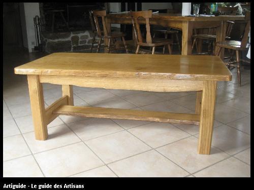 Table basse rustique en chêne clair. L'aubier est conservé sur les rives du dessus et pour les traverses ce qui donne un aspect authentique.