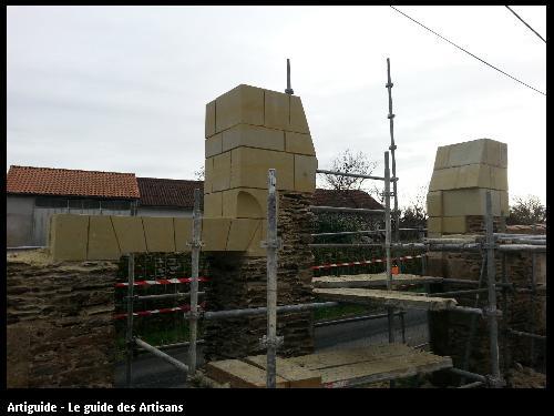 chantier en cours création d'un porche d'accès en tuffeau jaune