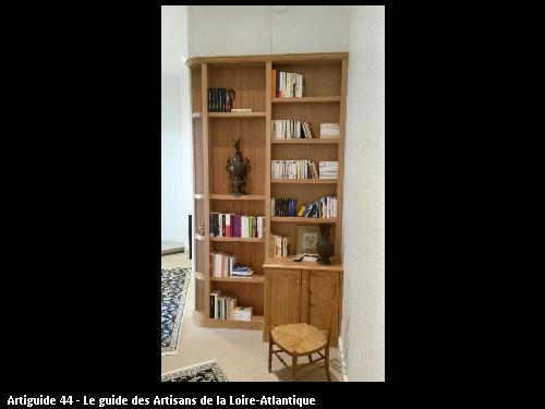 Realisation de la bibliothèque en merisier avec fond amovible pour accéder aux placards techniques.