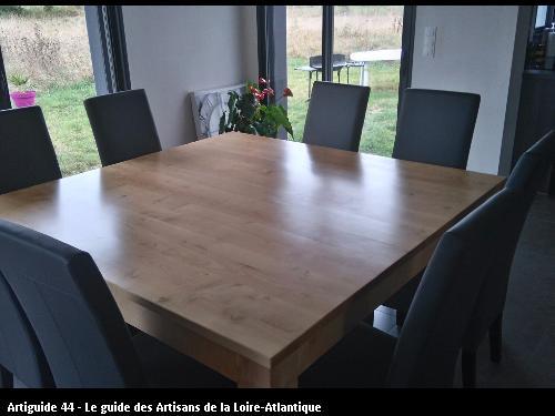 Table carrée 1,6m X 1,6m en sycomore vernis naturel pour des clients de la chapelle des marais.