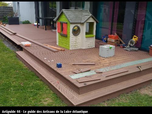 Travaux en cours pour la réalisation de la marche en lames composites comme la terrasse.