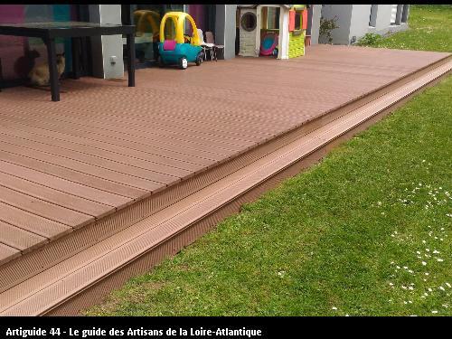 Vue globale de la terrasse avec sa marche pour accéder au jardin et rendre le tout plus harmonieux.