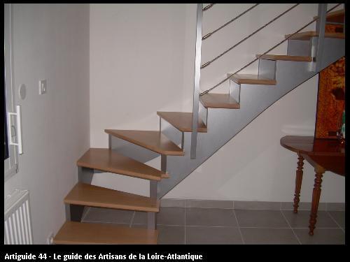 Réalisation d'un escalier moderne à l'anglaise en hêtre vitrifié naturel et limon crémaillère laqués gris effet métal