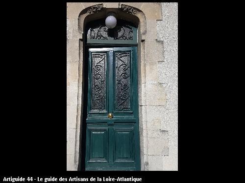 Porte d'entrée à refaire à l'identique. Récupération des anciennes grilles. Photo de la menuiserie existante.