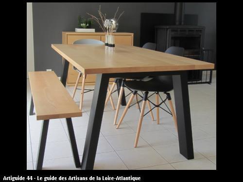 Fabrication d'une table et banc modernes pour des clients de Crossac (44160). Dessus en frêne naturel et pieds laqués noir mat.