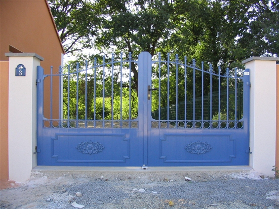 Fourniture et pose d'un portail alu modèle Amboise bleu Pornic 44210