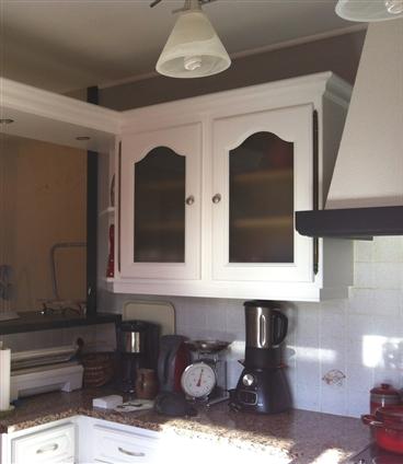 Mobilier cuisine APRES relooking - 44570 TRIGNAC Remplacement des vitrages et des poignées - peinture satinée / Blanc