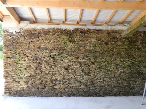 Chantier avant réalisation finale d' un mur en pierre apparente avec enduit à la chaux naturelle à Saint Sauveur de Landemont 49320.
