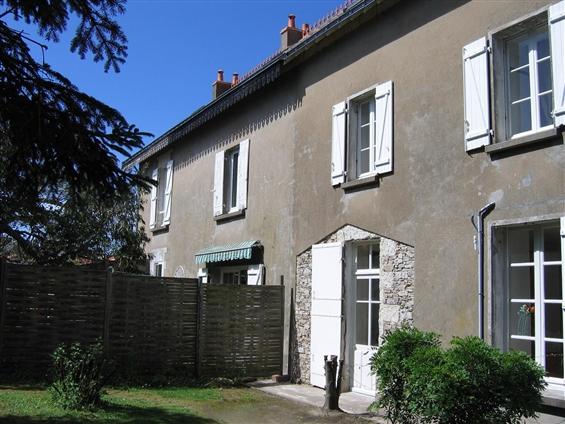 RELOOKER LA FACADE : Une maison d'architecture régionale classique qui reçoit une petite extension permettant d'animer une façade existante plutôt basique.