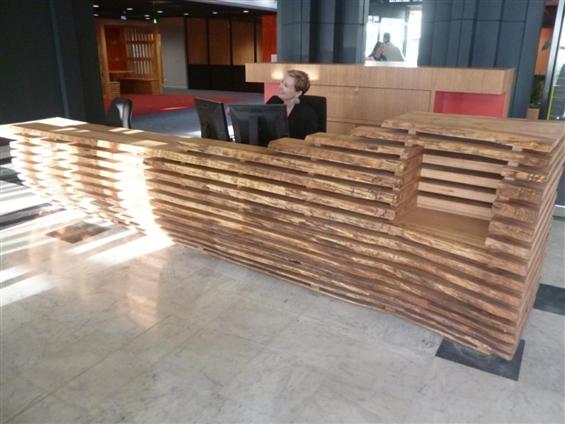Aménagement Hall CCI Nantes Saint Nazaire - Banque d'accueil, bille de chêne massif