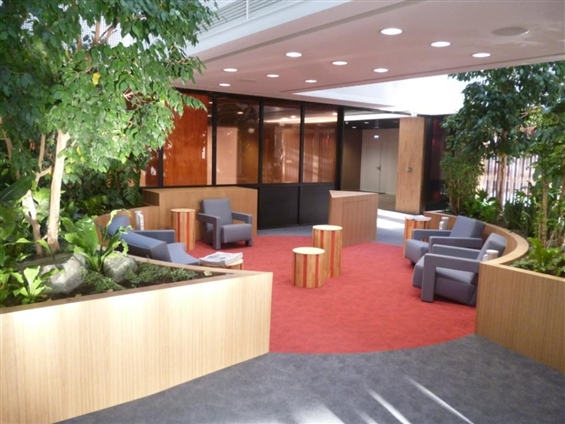 Aménagement Hall CCI Nantes Saint Nazaire - aménagement de l'espaces détente, tables circulaires, bacs végétations, hévéa massif, polycarbonate, tubes laqués