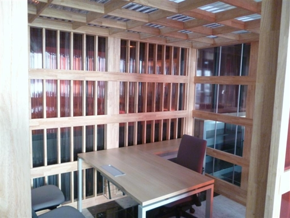 Aménagement Hall CCI Nantes Saint Nazaire - Vue intérieur d'un espace de travail, hévéa massif, polycarbonate