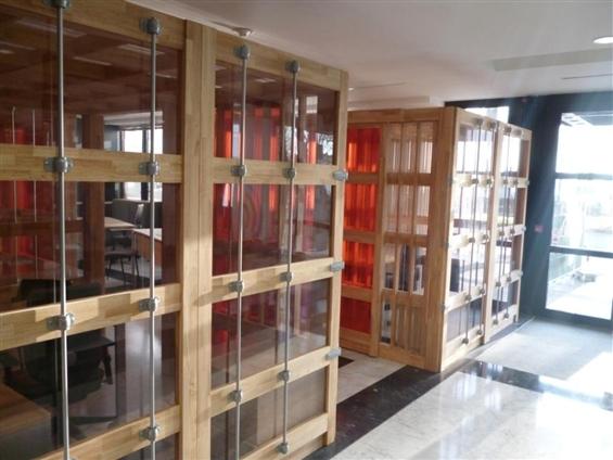Aménagement Hall CCI Nantes Saint Nazaire - espaces de travail, hévéa massif, polycarbonate, tubes laqués