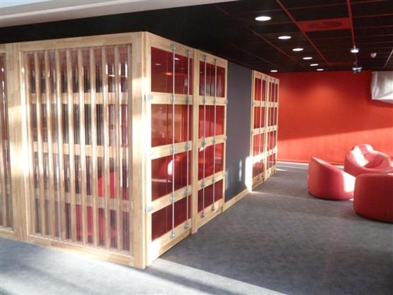 Aménagement Hall CCI Nantes Saint Nazaire - espaces de travail et détente, hévéa massif, polycarbonate, tubes laqués