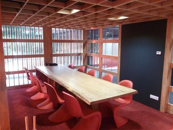 Aménagement Hall CCI Nantes Saint Nazaire - création de l'espace de travail et aménagement intérieur, hévéa massif, polycarbonate, tubes laqués
