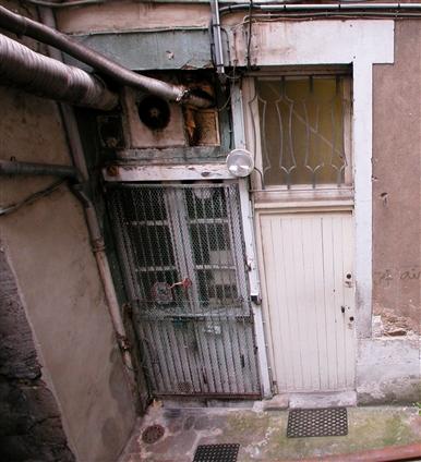 Vue d'une cour intérieure dans une copropriété avant travaux en secteur sauvegardé dans le centre de Nantes