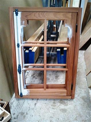 Fabrication en nos ateliers de menuiserie bois à double vitrage avec écoinçons à l'identique de l'existant  sur le secteur du pays de retz 44340