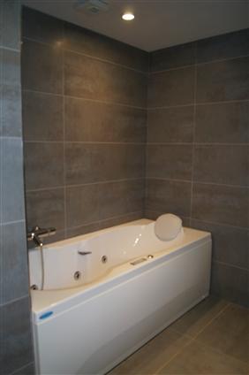 carrelage salle de bain grand format. Black Bedroom Furniture Sets. Home Design Ideas