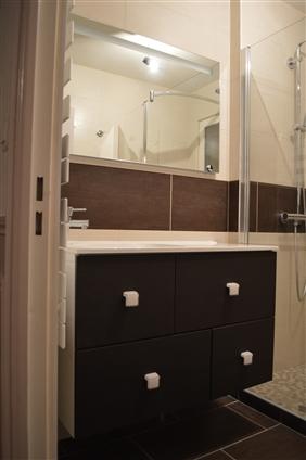 Réalisation d'une douche à l'italienne avec meuble vasque, sèche-serviette et miroir led digital à NANTES 44000.