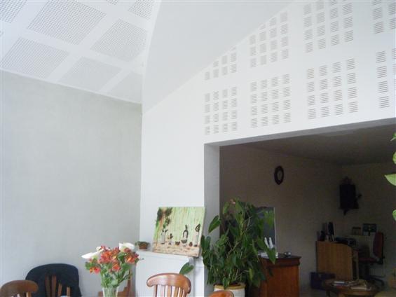 Plafond + mur en placo accoustique et décoratifChantier PLACO PHONIQUE à BOUSSAY 44190.
