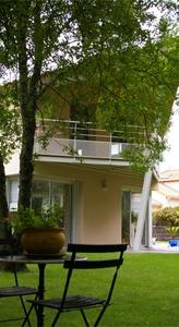 Voiçi le balcon avec vue sur le jardin dans un style architectural en forme de coque de bateau