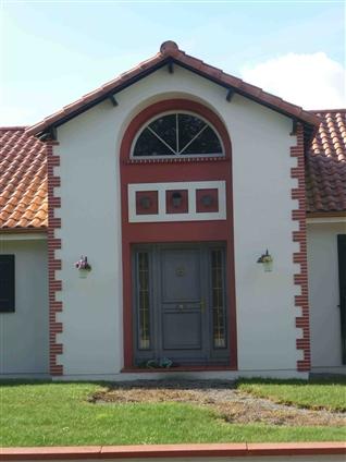 entrée  d'habitation  mise en valeur  , lors  d'une  extension  .  ARTHON en Retz  -  Régine Blanchard  Maitre  d'œuvre
