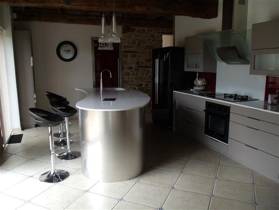 vue de la cuisine sous un autre angle création de l'ilot centrale sur mesure44590 derval