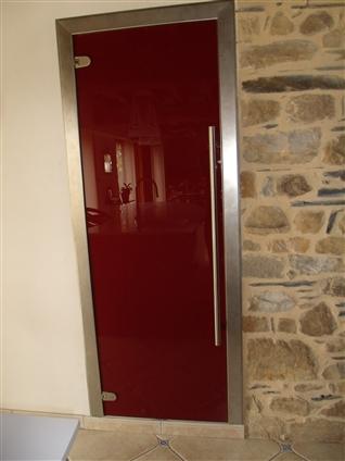 remplacement d'une porte de placard en bois avec porte en verre laqué bordeauxhabillage du dormant avec  pliages inox brossé / poignée baton maréchal et charnières inox brossées44590 derval