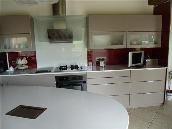 pose cuisine aménagee avec facades laquées taupe et crédence verre laqué bordeau et blanca derval 44950