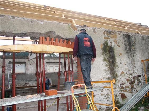 rénovation d'une grange, changement de poutre et de tuiles, création d'une ouverture avec entourage en brique à Vue 44640.