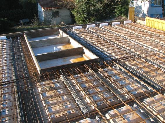 création d'un plancher béton avec le coulage du béton pour un étage