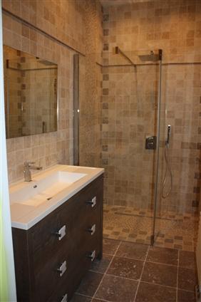 Création de cette salle de bain avec mélange de formats 44400 REZE