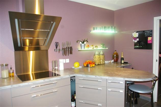 Realisation d'une cuisine avec hotte et étagère lumineuse sur Vertou 44120