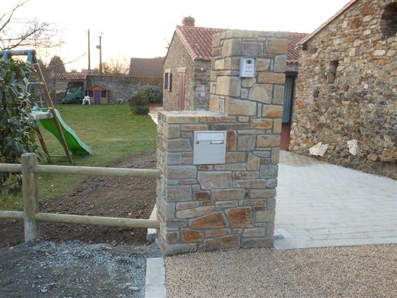 Réalisation d'un pilier d'entrée, de nidagravel et de pavés granit au LANDREAU 44430.