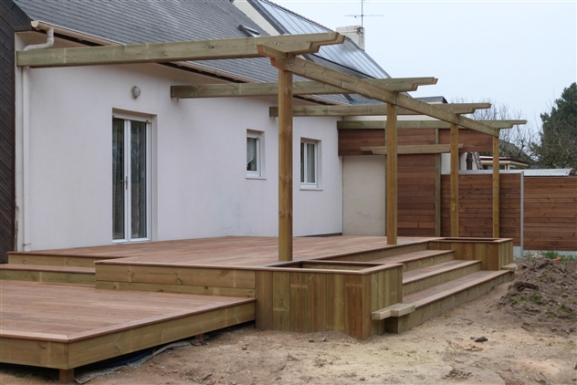 Réalisation dune terrasse avec jardinière en bois exotique et pin