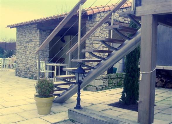 Escalier extérieur à limon central. Cugand (85610)