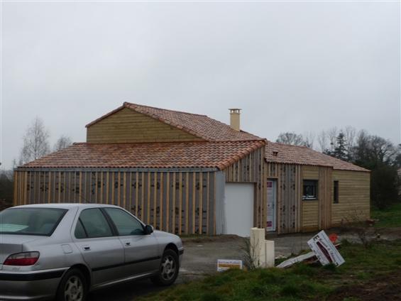 CHEIX EN RETZ  maison ossature bois , finition bois et enduit , cht en cours ,réalisée par le maître d'oeuvre: Régine Blanchard basé à Saint Viaud