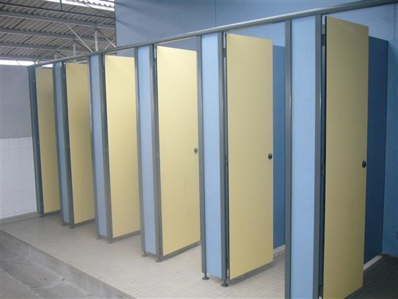 réalisation de cloisons sanitaire pour un collège