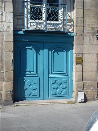 Restauration d'une porte cochère en conservant au maximum les pièces d'origine sur un bâtiment classé à Nantes 44000 .Travaux réalisés en 2010