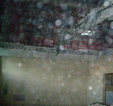 demolition avec une pelle de 8t500 à chenilles et  cisaille à béton (travaux en cours)
