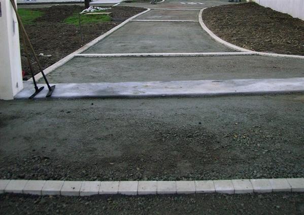preparation pour enrobés avec pose de pavés a l'entrée, sur chaque côté pour delimiter l'enrobé du gazon + pavés au milieu chantier la bernerie en retz   44760